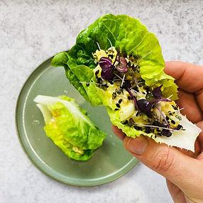 Romaninės salotos įdarytos užtepėle su konservuotu tunu (Receptas)