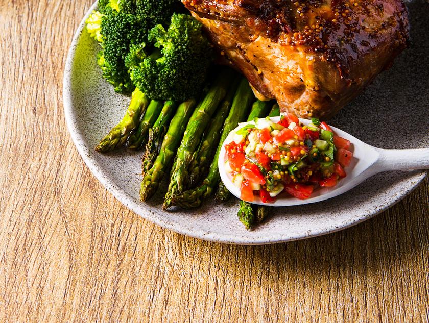 Agurkų ir pomidorų salsa prie keptos mėsos, vmg receptas