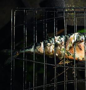 Vasaros pietums terasoje – ant grotelių keptos skumbrės receptas