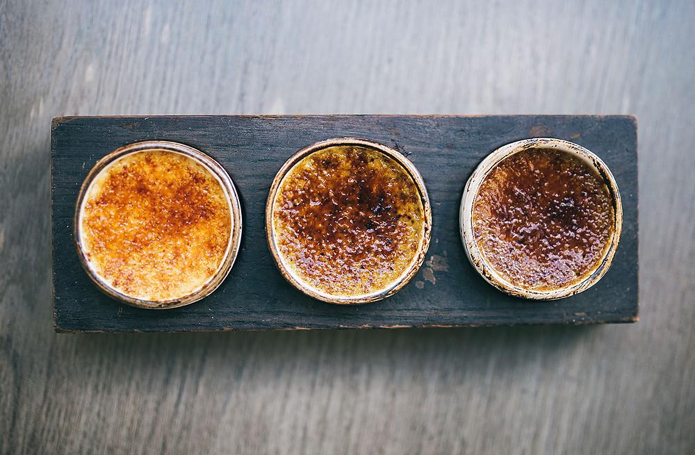 """3.Desertui: """"Carrie Bradshaw"""" (vanilės, kavos ir žaliosios arbatos skonių krembriulė). Kaina – 3,50 Eur. (Valerijos Stonytės nuotr.)"""
