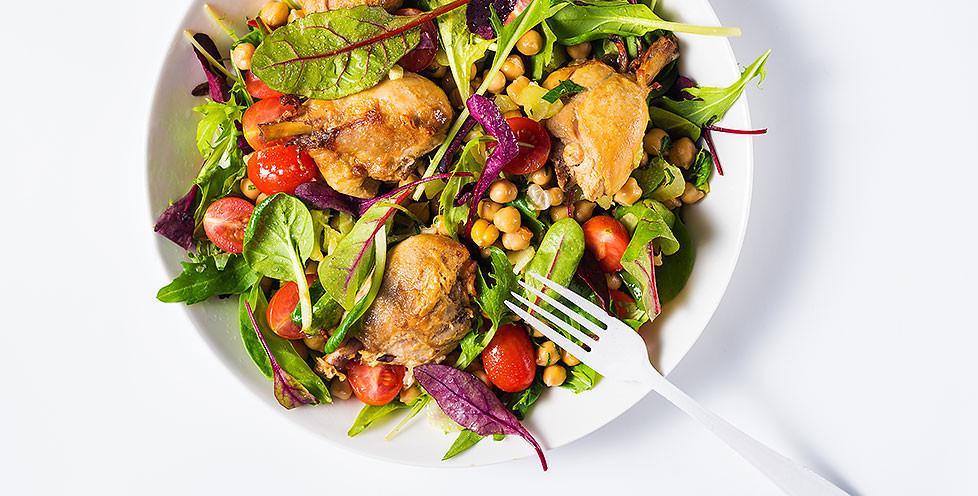 Avinžirnių salotos su keptomis vištų blauzdelėmis, vmg receptas