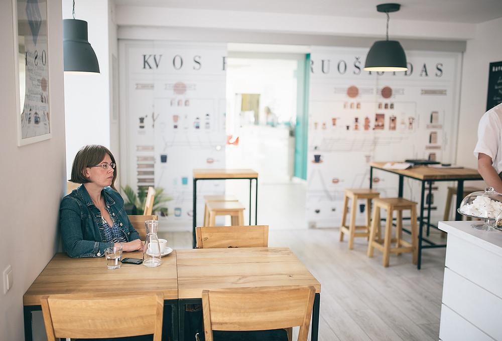 """""""Kas ateina ir pirmą kartą nori atsigerti pačios brangiausios pasaulyje kavos, nesupras jos, jei kavos negers palaipsniui. Žinantis kavą, ją užsisako vardindamas skonius, o ne kainą"""", – savo kavos filosofiją dėstė Vytautas (Valerijos Stonytės nuotr.)."""