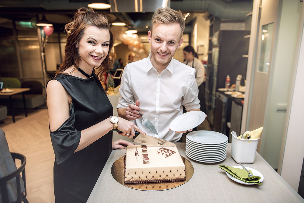 Akimirka iš restorano atidarymo. Laura ir Šarūnas Mazalai (sakyksuris.lt nuotr.).