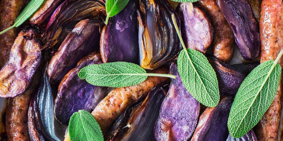 Keptos mėlynosios bulvės su česnaku, šalavijais ir dešrelėmis, vmg receptas