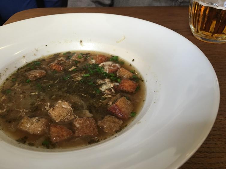 Tradicinė svogūnų sriuba su duonos skrebučiais ir sūriu 69 CZK = 2,55 EUR
