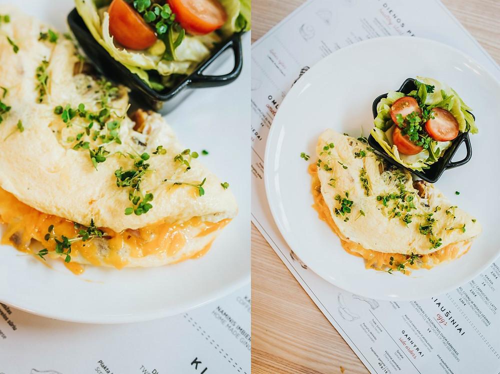 Trijų kiaušinių omletas su pasirinktais trimis priedais (nuotraukoje - su kumpiu, pievagrybiais ir čederio sūriu) - 5 Eur. (Valerijos Stonytės nuotr.)