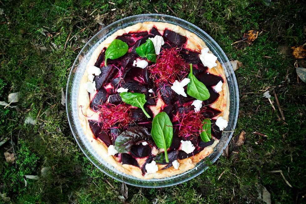 Burokėlių pyragas su karamelizuotais svogūnais ir ožkų sūriu, vmg receptas