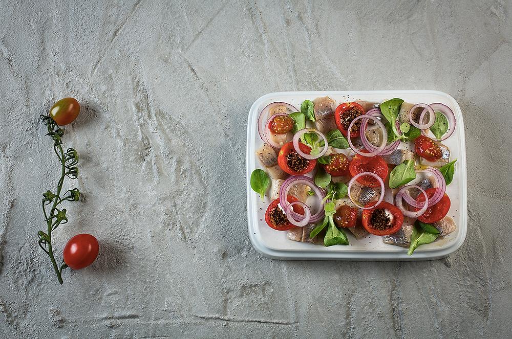 Silkė su pomidorais ir juodos duonos trupiniais