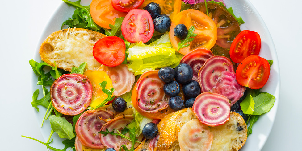 Įvairių pomidorų salotos su skrebučiais ir sūriu