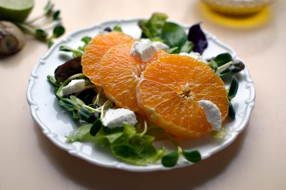 Ožkų sūrio salotos su apelsinais (Indrės Sasnauskaitės nuotr.)