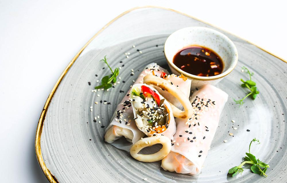 Vietnamietiški suktinukai su kalmarų žiedais bei imbiero ir čili padažu, patiekiami švieži ryžių popieriuje. Valerijos Stonytės nuotr.
