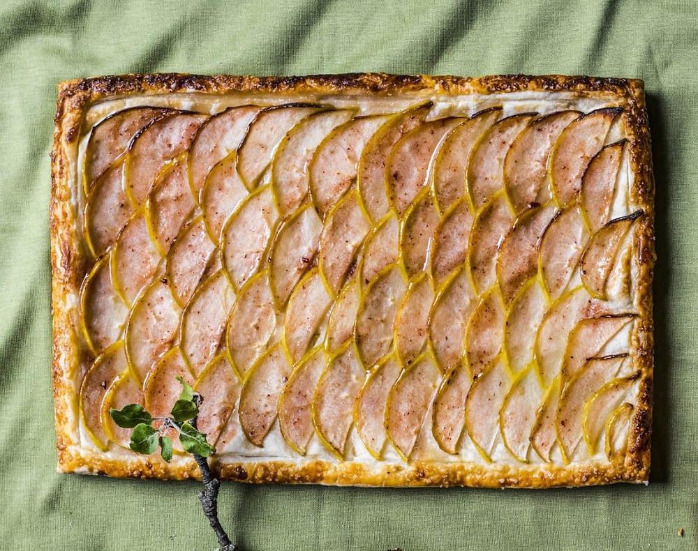 sluoksniuotos teslo pyragas su obuoliais
