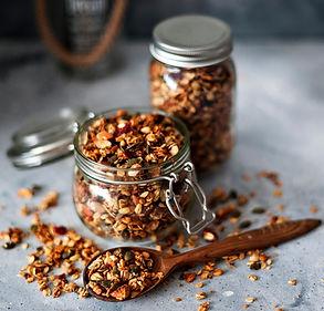 Granola su sėklomis, riešutais ir cukatais