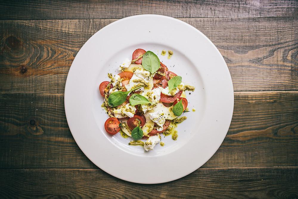 Itališkos salotos su mocarela, pomidorais bei naminiu pesto padažu. Kaina – 4,8 Eur. (Valerijos Stonytės nuotr.)