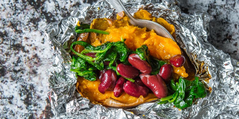 Batatai, kepti folijoje, su pupelėmis ir špinatais, vmg receptas