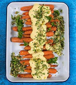 Keptos morkos su jogurto padažu ir gremolata
