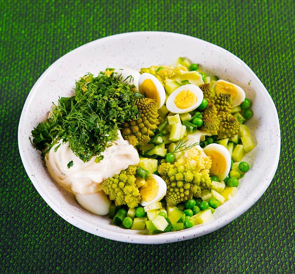 Žalioji mišrainė su brokoliais, žirneliais ir kiaušiniais