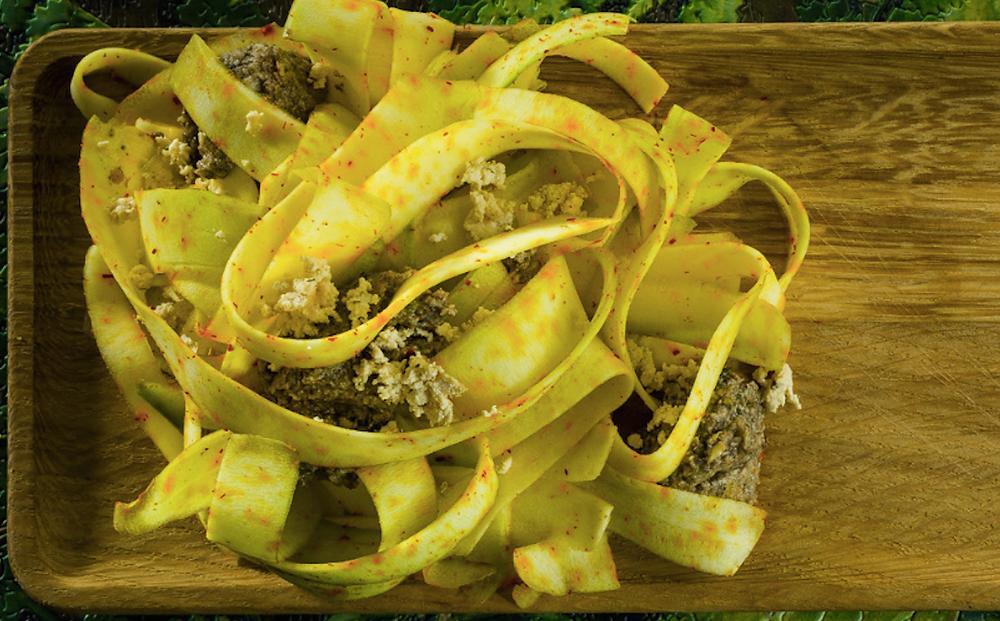 Cukinijų makaronai su šafranu ir graikinių riešutų padažu, vmg receptas