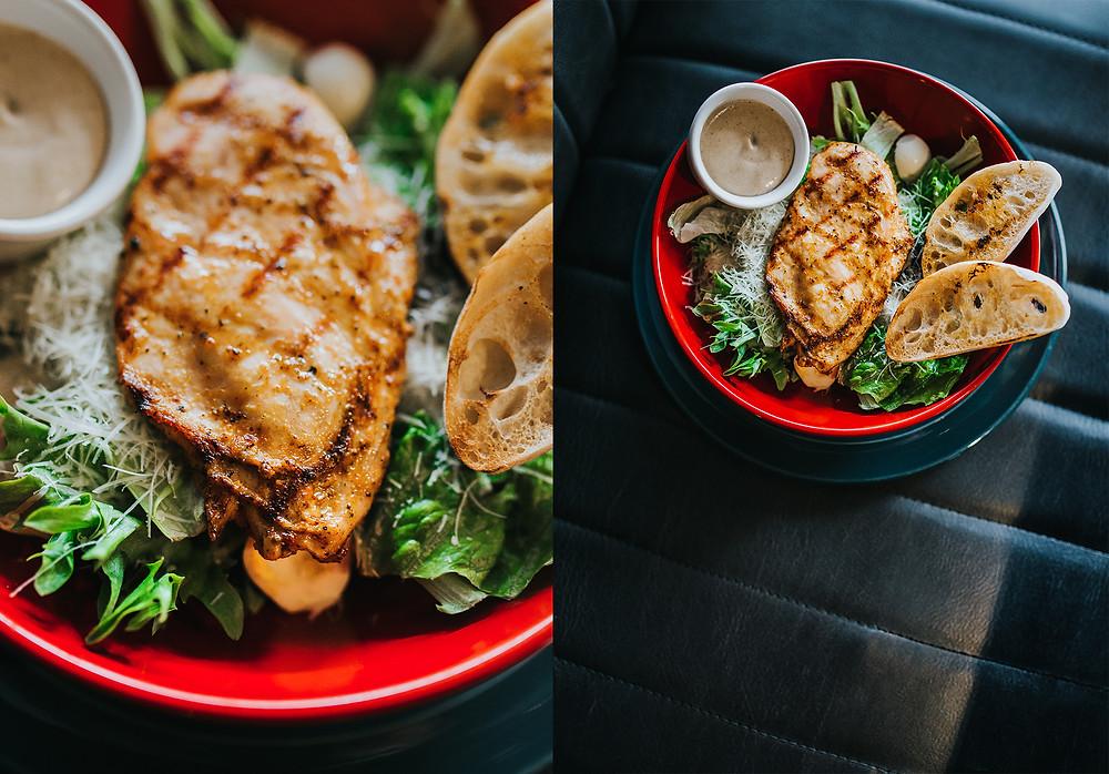 """""""London Grill"""" Cezario salotos su vištienos krūtinėle (4,90 Eur). Valerijos Stonytės nuotr."""