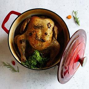 Puode keptas viščiukas su rudeninėmis daržovėmis ir rozmarinais (Receptas)