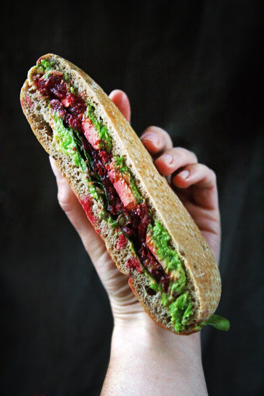 """Vegetariškas sumuštinis su tofu, burokėliais ir žaliųjų žirnelių bei garstyčių padažu. """"Chaikos"""" nuotr."""