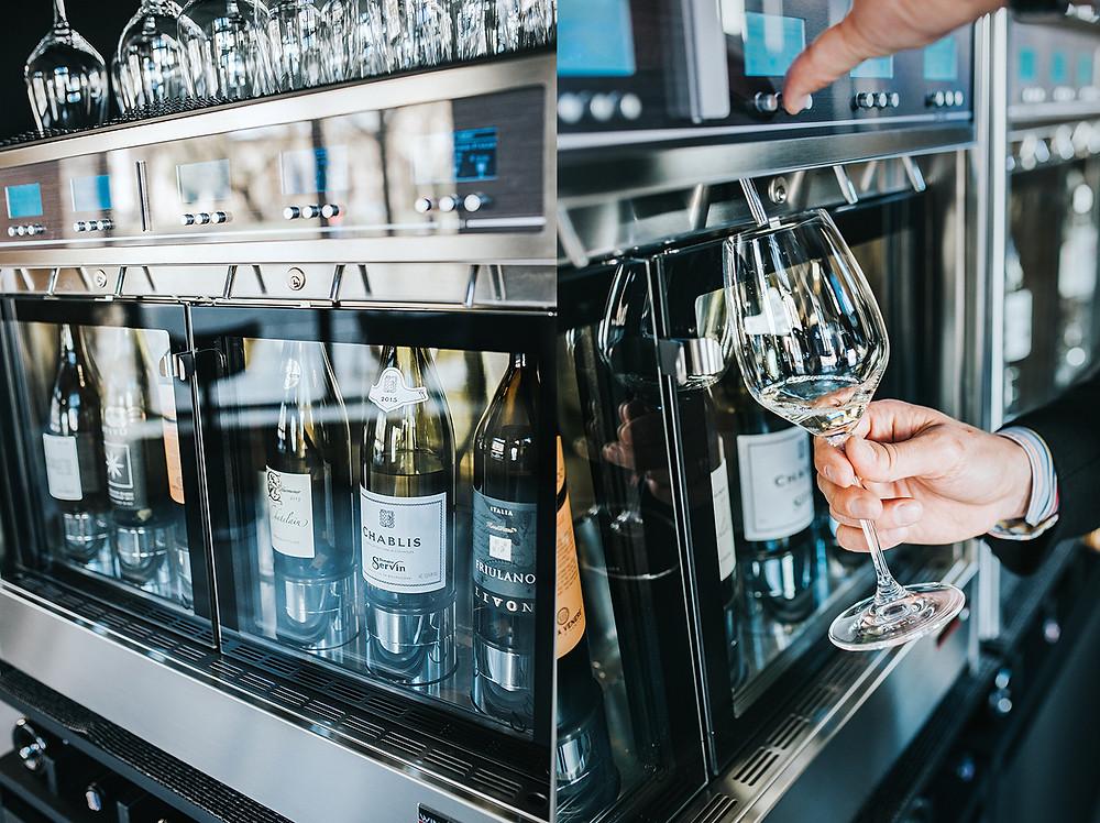 """""""Wine Emotion"""" aparatas. Iš jo pradarytas vynas gali būti pilstomas 2 mėnesius (Valerijos Stonytės nuotr.)"""