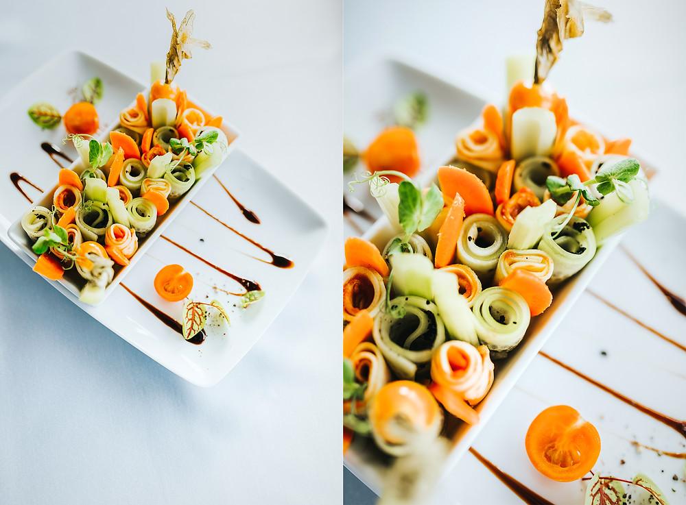 Veganiška užkandėlė su cukinijomis (marinuotų cukinijų ir agurkų griežinėliai su salierais ir morkomis pagardinti saldžiomis džiovintomis alyvuogėmis) (7 Eur). Valerijos Stonytės nuotr.