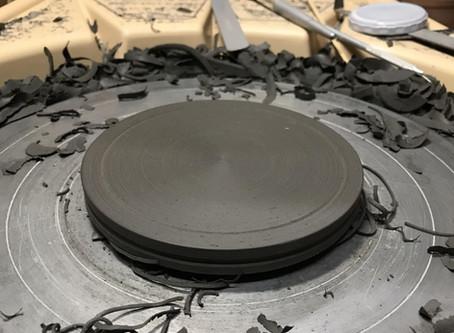 黒金陶器の菓子受け(小物置き)の制作風景