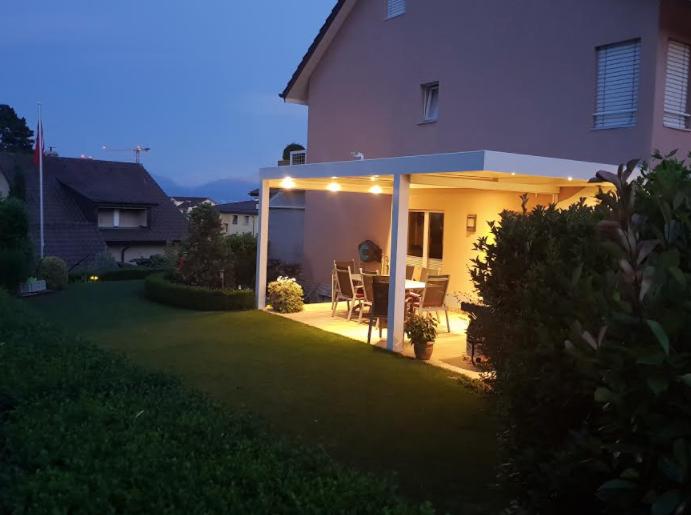 Pergola bioclimatique blanche avec éclairages | Suisse