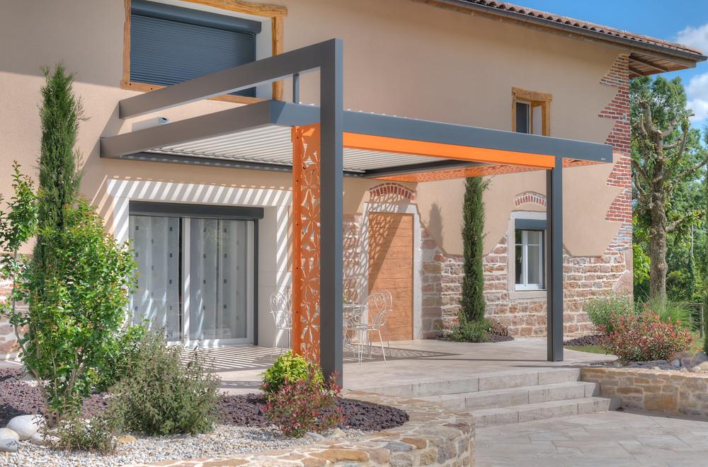 Pergola bioclimatique adossée à la façade réalisée par Solembra