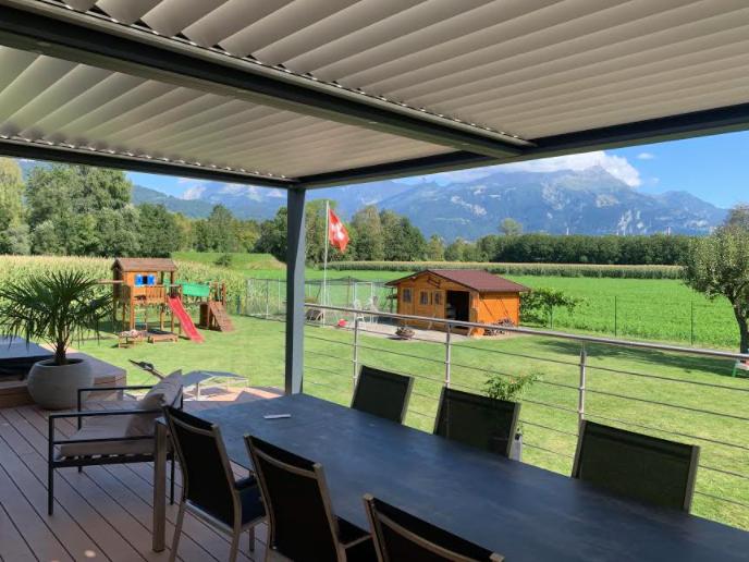 Pergola bioclimatique à lames orientables sur mesure en Suisse