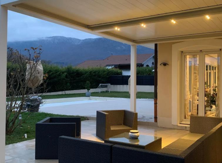 Pergola bioclimatique à lames orientables suisse Solembra sur mesure au millimètre couleur blanche avec éclairages