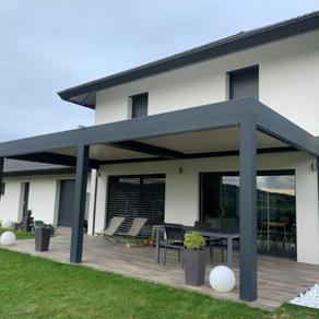 Maison contemporaine et terrasse bois : pergola bioclimatique Solembra Suisse