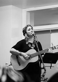 Marta nos canta al cierre de un evento.