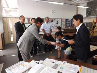 市内の小学校へ「金華山登山道マップ」を贈呈