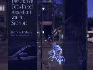 Mercedes-Benz crée un panneau publicitaire holographique
