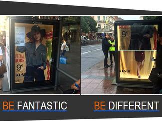 Kiabi lance sa nouvelle collection avec des abribus JCDecaux transformés en cabine d'essayage avec A
