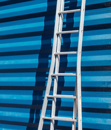 Leiter gegen den blauen Wand