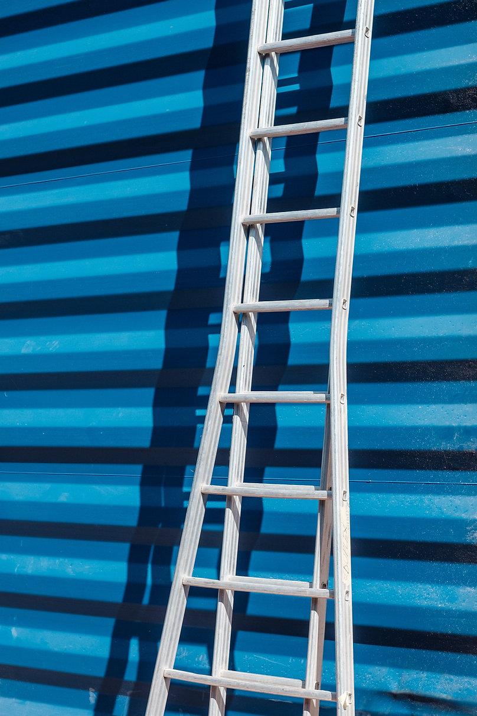 Ladder tegen Blauwe Muur