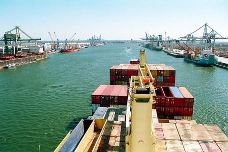 containerschiff-hafen-einfahrt.jpg