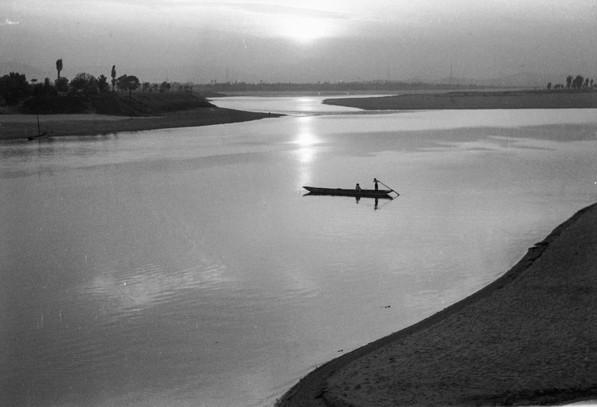덕소 부근 한강에서 나룻배