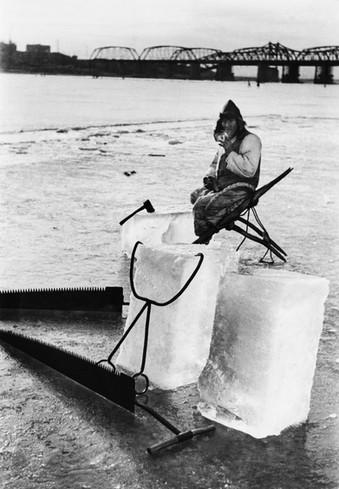 한강에서 얼음 채취 후 휴식하는 인부 - 1954
