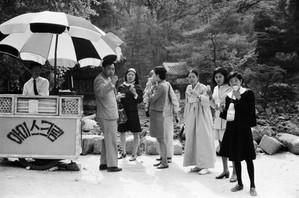 창덕궁 주합루앞 아이스크림가게 - 1958