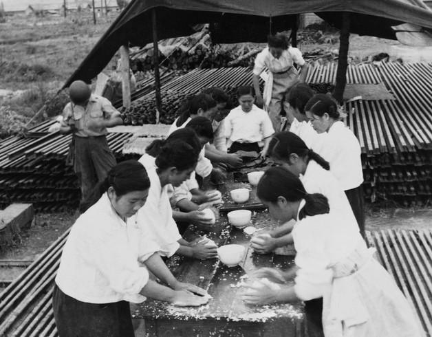 국군 병사들에게 공급할 주먹밥 만드는 여인들
