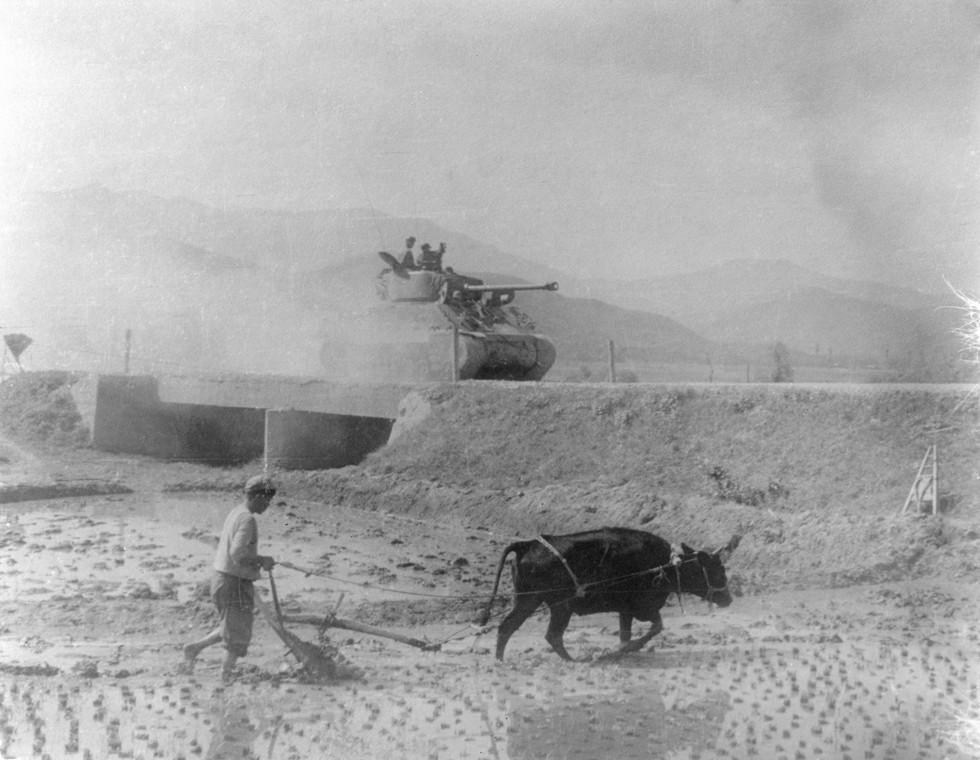 평화롭게 농사하는 농부와 북진하는 탱크