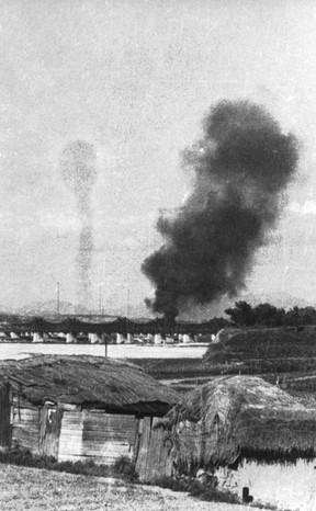영등포 쪽에서 촬영한 한강철교 폭파 모습