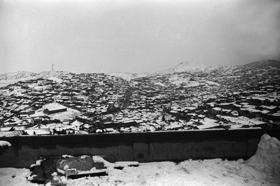 금호동집에서 바라본 옥수동고갯길 1964