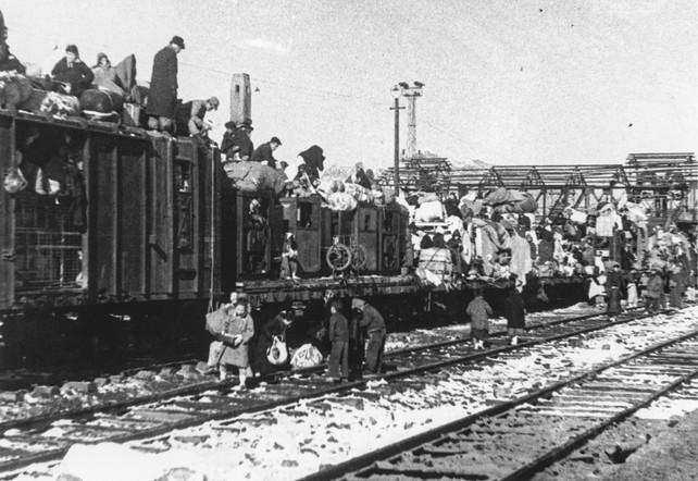 1.4후퇴시 서울역에서 피난열차에 오르는 피난민들