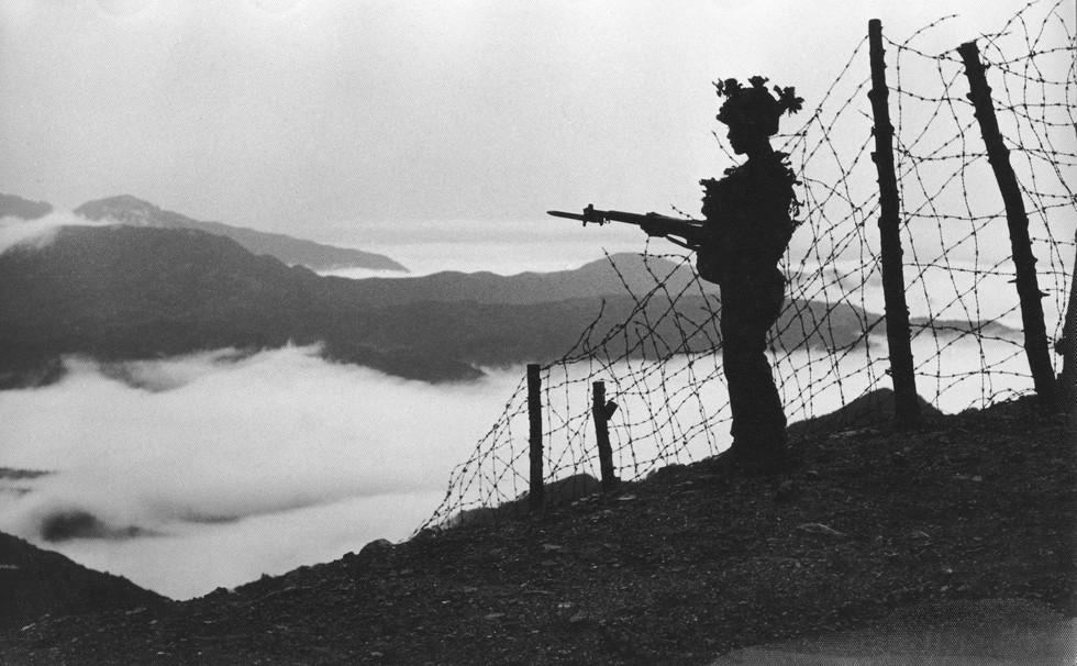 휴전선 경계하는 국군병사
