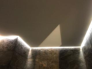 Монтаж натяжного потолка со скрытой подстветкой.